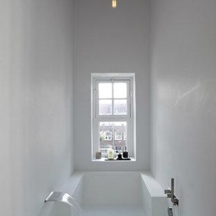 Esempio di una piccola stanza da bagno padronale moderna con vasca idromassaggio, vasca/doccia e pareti bianche