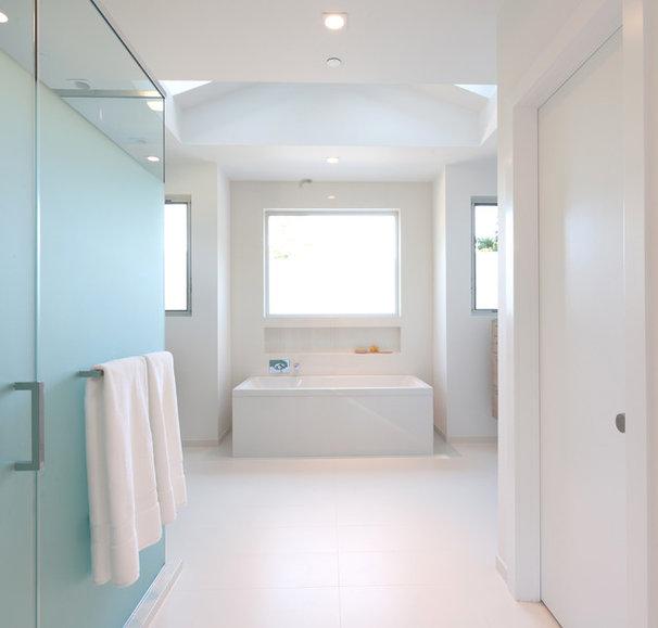 Moderne Salle de Bain by Kriste Michelini Interiors