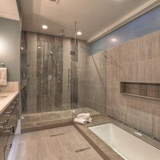 Cette photo montre une grand salle de bain principale moderne avec un placard à porte plane, des portes de placard noires, une baignoire encastrée, une douche ouverte, un carrelage gris, un carrelage de pierre, un sol en carrelage de porcelaine, un lavabo encastré, un plan de toilette en quartz modifié, un sol gris et aucune cabine.