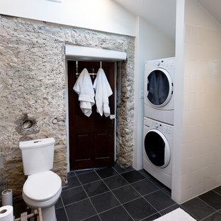 Идея дизайна: главная ванная комната среднего размера в стиле рустика с фасадами с выступающей филенкой, темными деревянными фасадами, душем без бортиков, раздельным унитазом, черно-белой плиткой, керамической плиткой, белыми стенами, настольной раковиной и столешницей из дерева