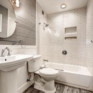 Kleines Modernes Badezimmer En Suite mit Badewanne in Nische, Duschbadewanne, Wandtoilette mit Spülkasten, weißen Fliesen, Porzellanfliesen, grauer Wandfarbe, Porzellan-Bodenfliesen und Sockelwaschbecken in Phoenix
