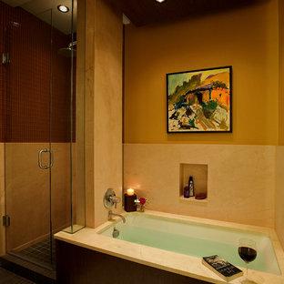 Ispirazione per una stanza da bagno padronale moderna di medie dimensioni con ante lisce, ante in legno bruno, vasca sottopiano, doccia ad angolo, piastrelle beige, lastra di pietra, pareti beige e pavimento con piastrelle in ceramica