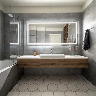 Esempio di una stanza da bagno con doccia contemporanea di medie dimensioni con ante lisce, ante in legno scuro, vasca ad alcova, vasca/doccia, piastrelle grigie, pareti bianche, lavabo a bacinella, pavimento bianco, doccia aperta e top bianco