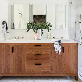 Mittelgroßes Klassisches Badezimmer En Suite mit verzierten Schränken, hellbraunen Holzschränken, weißen Fliesen, Steinfliesen, weißer Wandfarbe, Marmorboden, integriertem Waschbecken, Quarzwerkstein-Waschtisch, weißem Boden und weißer Waschtischplatte in San Francisco