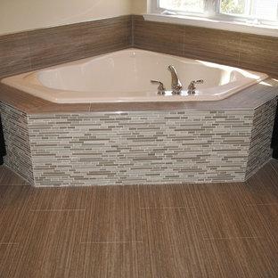 Großes Modernes Badezimmer En Suite mit verzierten Schränken, schwarzen Schränken, Eckbadewanne, beigefarbenen Fliesen, Stäbchenfliesen, beiger Wandfarbe, Porzellan-Bodenfliesen und Mineralwerkstoff-Waschtisch in Newark