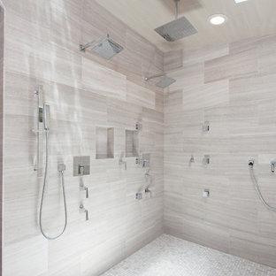 Esempio di un'ampia sauna minimalista con lavabo integrato, ante con riquadro incassato, ante in legno bruno, top in marmo, vasca freestanding, piastrelle multicolore, piastrelle a mosaico, pareti multicolore, parquet chiaro e WC monopezzo