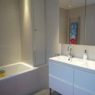 Minimalist bathroom photo in London