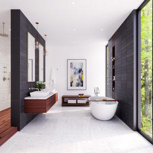 Bild på ett mycket stort funkis en-suite badrum, med släta luckor, skåp i mörkt trä, ett fristående badkar, en öppen dusch, svart och vit kakel, keramikplattor, vita väggar, ett fristående handfat, med dusch som är öppen och vitt golv