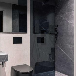 Idee per una stanza da bagno con doccia contemporanea di medie dimensioni con ante di vetro, ante grigie, doccia aperta, WC sospeso, piastrelle grigie, piastrelle in ceramica, pareti beige, pavimento con piastrelle in ceramica, lavabo a bacinella, top piastrellato, pavimento grigio, porta doccia a battente e top grigio