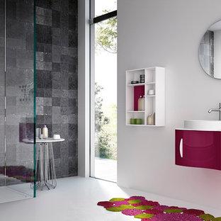 Ispirazione per una piccola stanza da bagno con doccia moderna con lavabo integrato, consolle stile comò, ante rosse, top in vetro, vasca freestanding, doccia ad angolo, WC a due pezzi, piastrelle multicolore, piastrelle in ceramica e pareti bianche