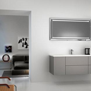 Ejemplo de cuarto de baño con ducha, minimalista, pequeño, con lavabo integrado, armarios tipo mueble, puertas de armario grises, bañera exenta, ducha esquinera, sanitario de dos piezas, baldosas y/o azulejos beige, baldosas y/o azulejos de cerámica, paredes grises y suelo de baldosas de cerámica