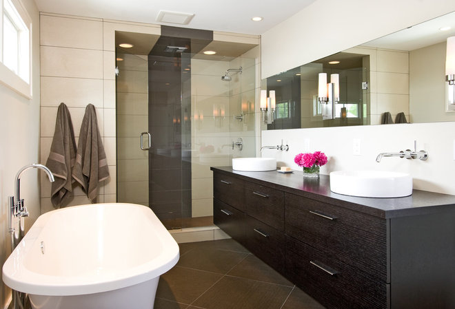 Modern Bathroom by w.b. builders