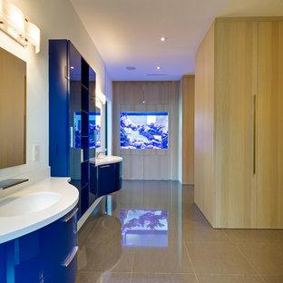Modernes Badezimmer En Suite mit flächenbündigen Schrankfronten, blauen Schränken und integriertem Waschbecken in Miami