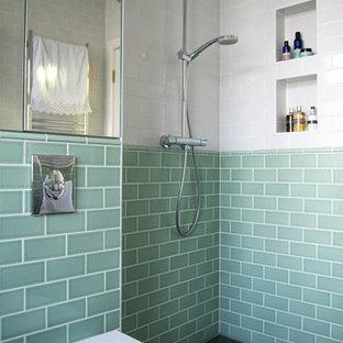 Modelo de cuarto de baño minimalista, pequeño, con lavabo suspendido, ducha abierta, sanitario de pared, baldosas y/o azulejos verdes, baldosas y/o azulejos de cerámica, paredes verdes y suelo de pizarra