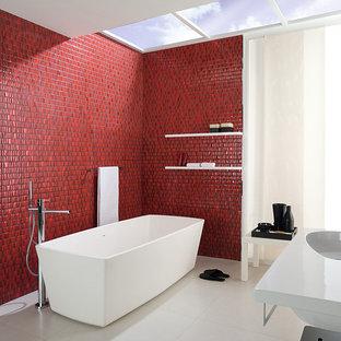 Foto de cuarto de baño minimalista con bañera exenta, baldosas y/o azulejos rojos y paredes rojas