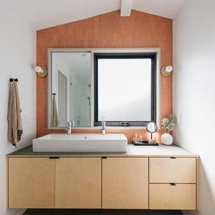 Diseño de cuarto de baño principal, costero, pequeño, con armarios con paneles lisos, puertas de armario de madera clara, baldosas y/o azulejos de cerámica, paredes blancas, suelo de baldosas de porcelana, encimera de madera, suelo gris, encimeras grises, baldosas y/o azulejos naranja y lavabo de seno grande