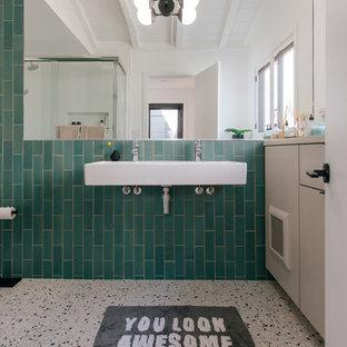 Esempio di una piccola stanza da bagno per bambini moderna con ante lisce, ante in legno chiaro, piastrelle verdi, piastrelle in ceramica, pareti verdi, pavimento alla veneziana, lavabo sospeso, top in legno, pavimento multicolore e top grigio