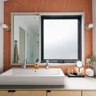 Diseño de cuarto de baño principal, marinero, pequeño, con armarios tipo mueble, puertas de armario de madera clara, baldosas y/o azulejos rosa, baldosas y/o azulejos de cerámica, paredes rosas, lavabo sobreencimera, encimera de madera y encimeras grises
