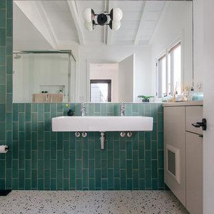 Kleines Maritimes Kinderbad mit flächenbündigen Schrankfronten, grauen Schränken, grünen Fliesen, Keramikfliesen, Terrazzo-Boden, Wandwaschbecken, buntem Boden, weißer Waschtischplatte, Eckdusche und Schiebetür-Duschabtrennung in Orange County