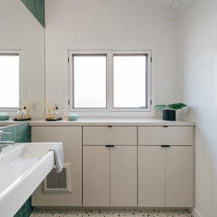 Immagine di una piccola stanza da bagno per bambini costiera con ante lisce, piastrelle verdi, piastrelle blu, piastrelle in ceramica, pareti verdi, pavimento alla veneziana, lavabo sospeso, pavimento multicolore e ante beige