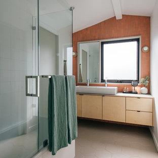 Salle de bain avec une baignoire d\'angle et un carrelage rouge ...