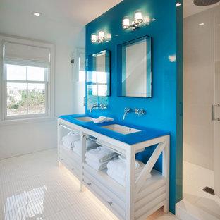 Idée de décoration pour une salle de bain marine avec un placard en trompe-l'oeil, des portes de placard blanches, un mur blanc, un lavabo encastré, un sol blanc et un plan de toilette bleu.