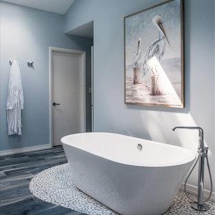 Idéer för stora vintage en-suite badrum, med ett fristående badkar, blå väggar, klinkergolv i porslin och blått golv