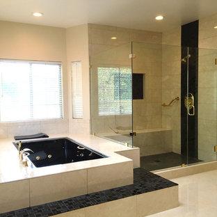 Inspiration för mycket stora moderna en-suite badrum, med luckor med upphöjd panel, skåp i mellenmörkt trä, en jacuzzi, en hörndusch, en toalettstol med hel cisternkåpa, beige kakel, keramikplattor, beige väggar, klinkergolv i keramik, ett fristående handfat och granitbänkskiva