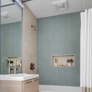 Идея дизайна: маленькая ванная комната в современном стиле с плоскими фасадами, бежевыми фасадами, накладной ванной, душем над ванной, зеленой плиткой, керамической плиткой, белыми стенами, подвесной раковиной, столешницей из искусственного камня, шторкой для душа, унитазом-моноблоком, полом из керамической плитки, белым полом и белой столешницей