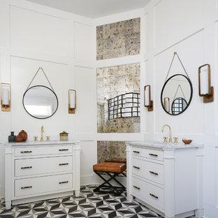 Klassisches Badezimmer mit verzierten Schränken, weißen Schränken, Spiegelfliesen, weißer Wandfarbe, Unterbauwaschbecken, buntem Boden, weißer Waschtischplatte und Zementfliesen in Chicago