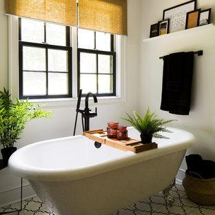 Неиссякаемый источник вдохновения для домашнего уюта: большая главная ванная комната в стиле современная классика с фасадами в стиле шейкер, фасадами цвета дерева среднего тона, ванной на ножках, открытым душем, раздельным унитазом, белой плиткой, белыми стенами, полом из цементной плитки, врезной раковиной, столешницей из известняка, белым полом, душем с распашными дверями и белой столешницей