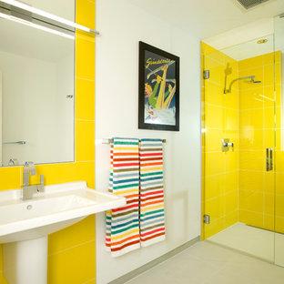 Modelo de cuarto de baño infantil, minimalista, con lavabo con pedestal y baldosas y/o azulejos amarillos