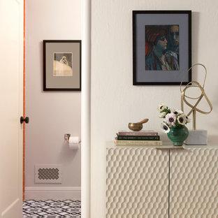 Inredning av ett klassiskt mellanstort badrum, med en dusch i en alkov, en toalettstol med separat cisternkåpa, orange kakel, keramikplattor, grå väggar, klinkergolv i keramik, ett undermonterad handfat, flerfärgat golv och med dusch som är öppen