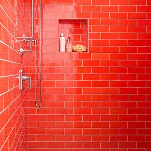 サンフランシスコの中くらいのトランジショナルスタイルのおしゃれな浴室 (フラットパネル扉のキャビネット、グレーのキャビネット、アルコーブ型シャワー、分離型トイレ、オレンジのタイル、セラミックタイル、グレーの壁、セラミックタイルの床、アンダーカウンター洗面器、大理石の洗面台、マルチカラーの床、オープンシャワー、白い洗面カウンター、洗面台1つ、独立型洗面台) の写真