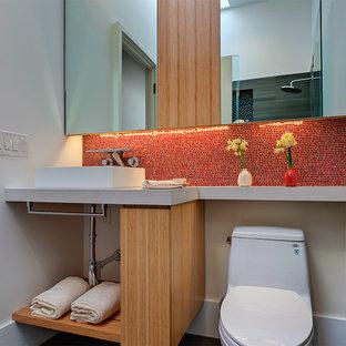 Modelo de cuarto de baño con ducha, minimalista, pequeño, con lavabo sobreencimera, armarios abiertos, sanitario de dos piezas, paredes blancas, puertas de armario de madera clara, baldosas y/o azulejos rojos, baldosas y/o azulejos en mosaico y encimera de cuarzo compacto