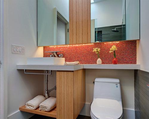 Bagno Legno E Mosaico : Bagno con ante in legno chiaro e piastrelle rosse foto idee