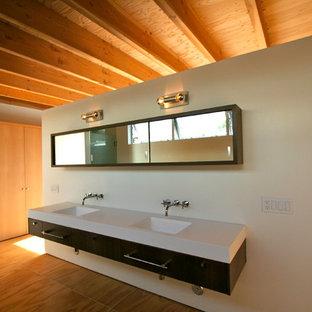 Modelo de cuarto de baño vestidor, minimalista, con lavabo integrado