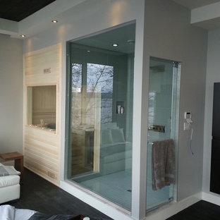 Foto de sauna moderna, de tamaño medio, con ducha empotrada, baldosas y/o azulejos blancos, paredes grises, suelo de madera oscura, suelo negro y ducha con puerta con bisagras