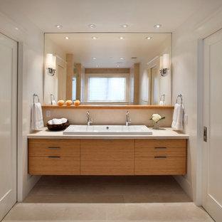 Foto på ett funkis badrum, med ett avlångt handfat, kalkstensgolv och marmorbänkskiva