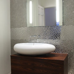 modern bathroom by CLAUDIA LUJAN