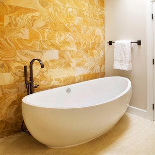 Diseño de cuarto de baño principal, clásico renovado, con bañera exenta, baldosas y/o azulejos naranja, paredes blancas, suelo blanco, baldosas y/o azulejos de mármol y suelo de piedra caliza