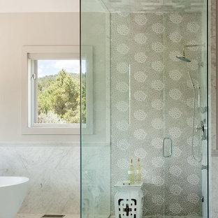 На фото: большая главная ванная комната в стиле современная классика с душем без бортиков, плоскими фасадами, искусственно-состаренными фасадами, отдельно стоящей ванной, серой плиткой, плиткой мозаикой, белыми стенами, мраморным полом, настольной раковиной и столешницей из искусственного кварца с