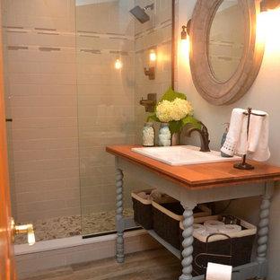 Свежая идея для дизайна: маленькая ванная комната в стиле фьюжн с открытыми фасадами, бирюзовыми фасадами, душем в нише, раздельным унитазом, синими стенами, полом из керамогранита, накладной раковиной, столешницей из дерева, серым полом и душем с распашными дверями - отличное фото интерьера
