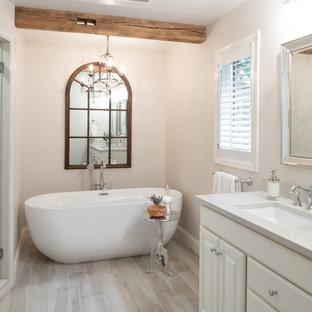 Inspiration för mellanstora klassiska vitt en-suite badrum, med ett fristående badkar, våtrum, beige kakel, klinkergolv i porslin, ett undermonterad handfat, bänkskiva i kvarts, beiget golv och dusch med gångjärnsdörr