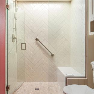Ispirazione per una piccola stanza da bagno american style con ante bianche, doccia aperta, WC monopezzo, piastrelle bianche, piastrelle in gres porcellanato, pareti rosse, pavimento con piastrelle in ceramica, lavabo integrato, top in granito, pavimento beige e porta doccia a battente