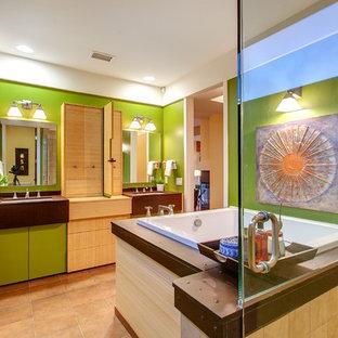 Ispirazione per una grande stanza da bagno padronale minimal con lavabo sottopiano, ante lisce, ante in legno chiaro, vasca giapponese, pareti verdi e pavimento in gres porcellanato