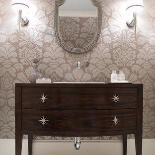 Diseño de cuarto de baño tradicional renovado con armarios tipo mueble, paredes multicolor, lavabo encastrado, puertas de armario de madera en tonos medios, encimera de madera, suelo de mármol y encimeras marrones