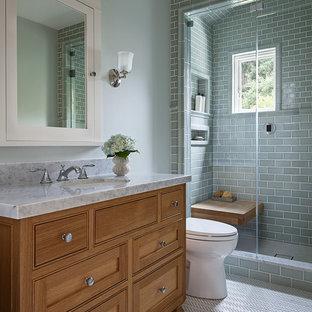Inspiration för mellanstora amerikanska badrum med dusch, med skåp i shakerstil, skåp i mellenmörkt trä, en dusch i en alkov, en toalettstol med separat cisternkåpa, grön kakel, tunnelbanekakel, gröna väggar, klinkergolv i porslin, ett undermonterad handfat, marmorbänkskiva, vitt golv och dusch med gångjärnsdörr