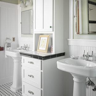 Ispirazione per una stanza da bagno stile americano con ante in stile shaker, ante bianche, pareti verdi, lavabo a colonna, top piastrellato, pavimento multicolore e top bianco