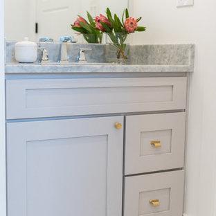 Immagine di una grande stanza da bagno padronale stile americano con ante in stile shaker, ante bianche, vasca da incasso, doccia ad angolo, WC monopezzo, piastrelle bianche, piastrelle di cemento, pareti bianche, pavimento con piastrelle a mosaico, lavabo da incasso e top in marmo